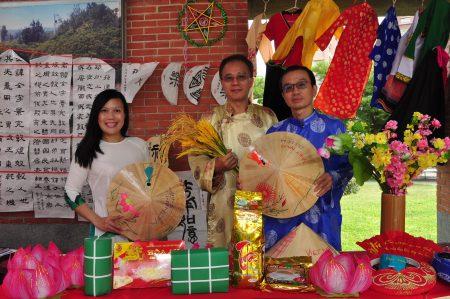 竹北社大越南语老师陈秋贤(左1)和学生一起合影,展位的摆饰特别具有文化特色