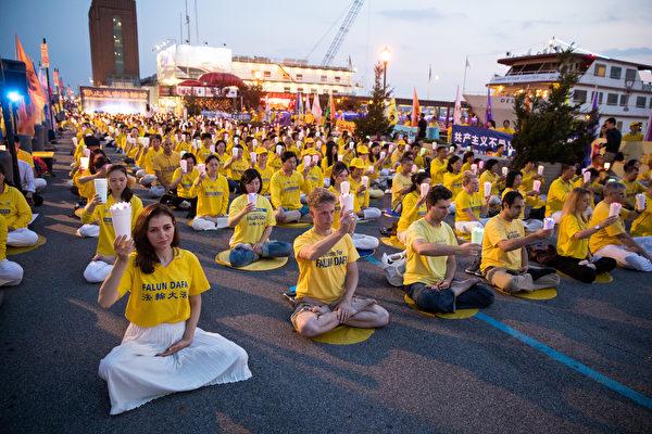 2018年7月16日,紐約部分法輪功學員在紐約中領館前舉行了「7.20」法輪功反迫害19周年集會及燭光悼念活動,悼念被中共迫害致死的法輪功學員,並呼籲國際社會共同制止中共迫害。(戴兵/大紀元)