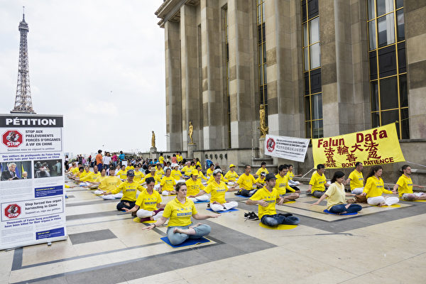 法轮功学员在人权广场上展示法轮功功法(关宇宁/大纪元)