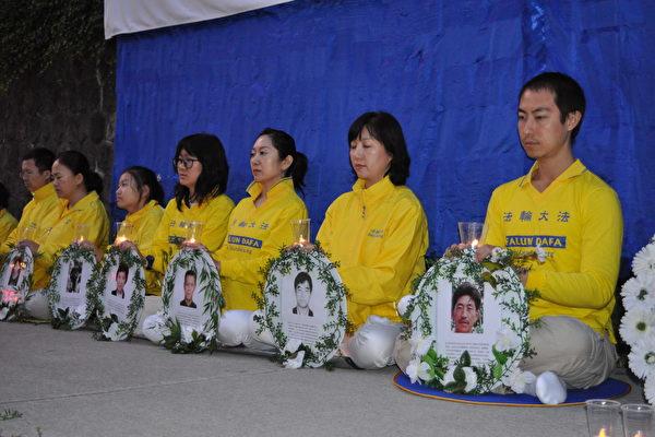 7月19日晚,温哥华部分法轮功学员在中领馆前举行真相横幅集会和烛光追悼活动,要求停止迫害法轮功。(唐风/大纪元)