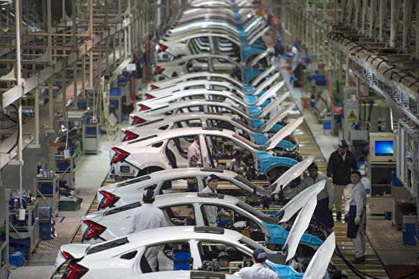 中共宣布22领域放宽市场准入。根据清单,汽车行业取消专用车、新能源汽车外资股比限制。图为位于中国湖北省武汉的东风本田工厂的生产线。(STR/AFP/Getty Images)