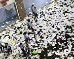 高考前,大陆多地高三生疯狂撕书释放压力。大陆学生不喜欢读书吗?图为2018年7月海南一中学撕书后的情景。(AFP)