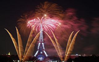 组图:法国庆大阅兵 艾菲尔铁塔烟花绽放