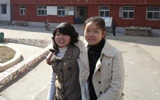 蔣立宇(右)和姐姐蔣煉嬌(左)。2010年攝於蔣立宇家鄉。(蔣煉嬌提供)