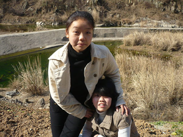 蔣立宇(左)和姐姐蔣煉嬌(右)。2010年攝於蔣立宇家鄉。(蔣煉嬌提供)