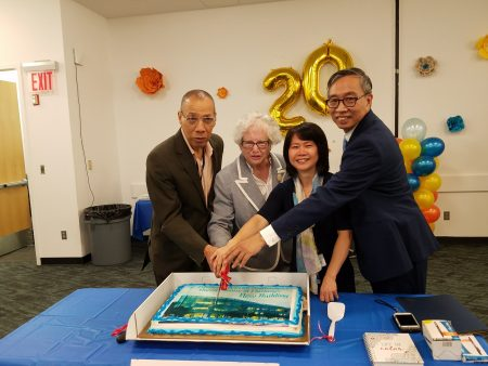 切蛋糕,从左至右:皇后区图书馆总馆馆长Dennis Walcott、州参议员史塔文斯基、馆长曾阳、副馆长邱辛晔。