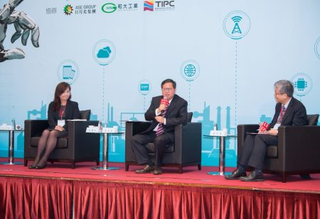 桃园市长郑文灿(中)认为鼓励中小企业创新,提供更好的软体工具和物联网科技。