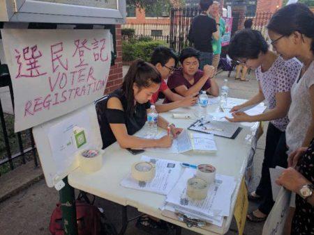 华人为集结力量发出更强声音,在第26学区教育委员会投票的会场前,进行选民登记。