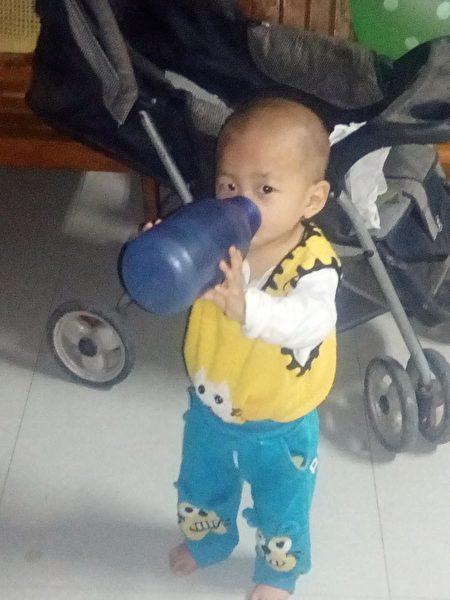 张博程拿着大瓶子喝水。(张从刚提供)