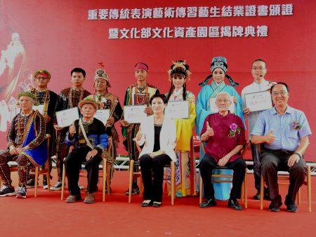 """文化部率先推动由""""台中文创园区""""转型为""""文资园区"""",7月30日举行揭牌典礼,并由文化部长郑丽君颁发结业证书予7位艺生。"""