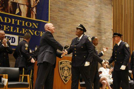 109分局局长哈里森荣升副总警监,左为纽约警局局长奥尼尔。