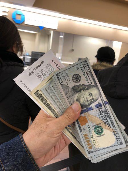 陳男說服房東,說他正在銀行排隊存錢,並拍照為證。實際上一毛錢也沒有給房東。
