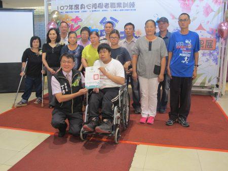副县长丁彦者颁发结业证给身障学员。