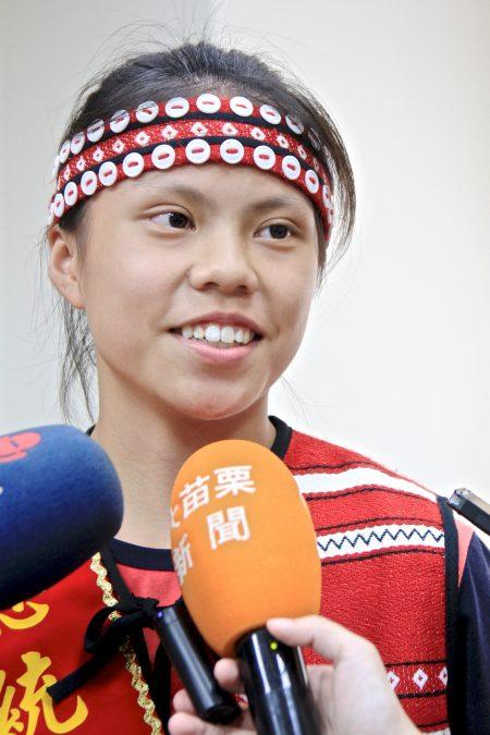 芎昱竹述说在家中如何照顾弟妹,并表示如何在打球与课业兼顾下的艰辛与挑战。