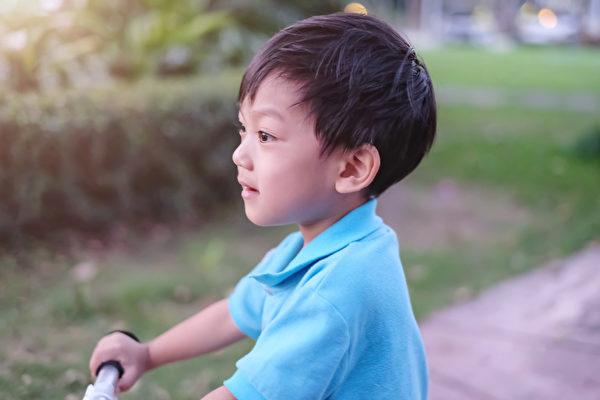 儿科医师:不用动怒 让孩子停止哭闹的方法