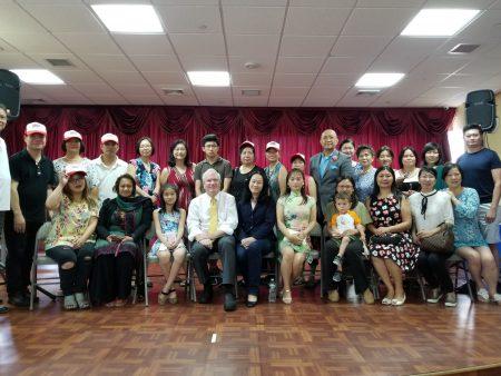 華人家長和支持者與義工與艾維樂(前排中坐者)合影。
