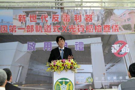 """行政院长赖清德(左3 )亲临主持""""全国第一部轨道式X光货柜检查仪启动仪式""""。"""