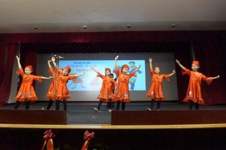 華僑學校舞蹈(2)班表演「愛勞動的孩子」。