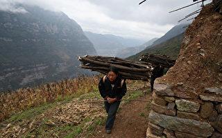 湖南國家級貧困縣4800萬修廣場 村民點煤油燈