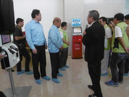 蘇貞昌、林右昌參訪南京資訊,聽取董事長吳宗寶的簡報。