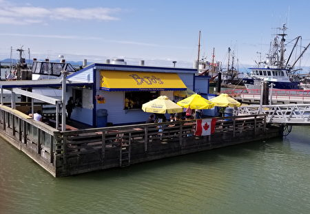 圖:位於列治文漁人碼頭水岸的Pajo's店。在靜謐的清晨,享受著輕柔的海風吹拂,品嚐這聞名於世的炸魚薯條。(陳新宇/大紀元)
