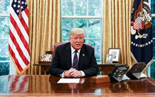 川普总统于2018年8月27日在华盛顿白宫椭圆形办公室,通过翻译与墨西哥总统涅托通电话。