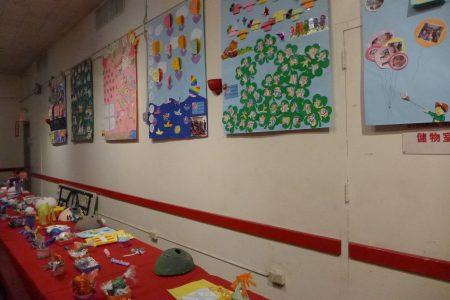 各班級的手工藝品擺滿了一長桌。