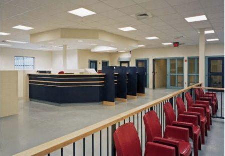 监狱访客区和前台登记区的设计。