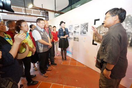 老照片提供者为与会贵宾导览解说台三线客庄老照片故事。