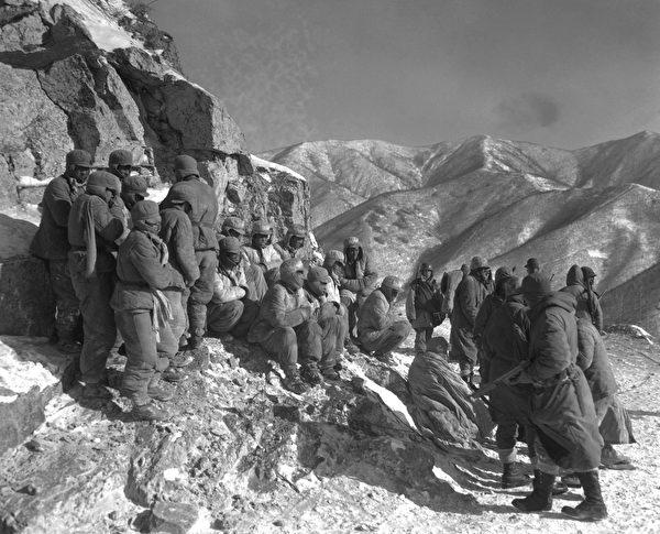 一群被俘的志愿军士兵。(公有领域)