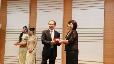 大同技術學院董事長陳柏鍠致贈陳美菁校長(右)紀念品。