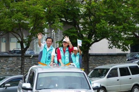 民主进步党南投县长候选人洪国浩车队在完成登记前绕行南投市区造势。
