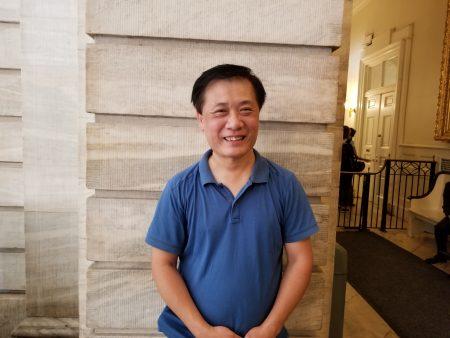 华裔陈金海开计程车已经18年了,他在签署现场很高兴地表示,希望以后的收入能提高。