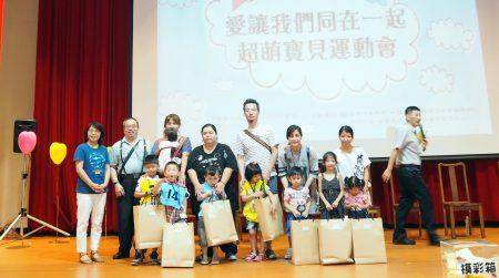中原大學早資中心主任與南亞幼保系老師和畢業孩子們一起大合照。