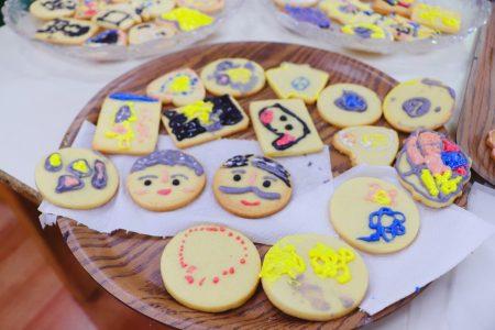 """""""家安幼儿园""""小朋友现场烘焙可爱又可口的""""爷奶饼""""。"""
