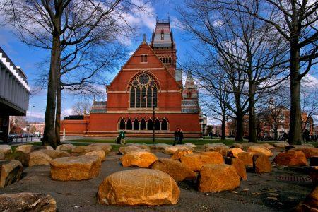 美国哈佛大学校园内。