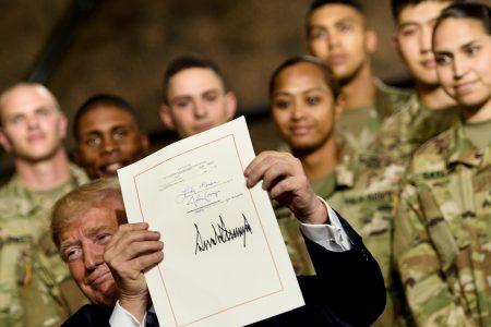美國總統川普週一(8月13日)與副總統彭斯首次訪問紐約的Fort Drum軍事基地,並接見了第10山區師的士兵,川普還在現場簽署了2019年的《國防授權法案》。