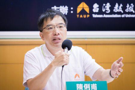 台湾教授协会副秘书长陈俐甫说,中国发给台湾人居住证看似让利、生活便利,但便利背后有没有阴谋?像有些药吃了治标,身体却坏掉。