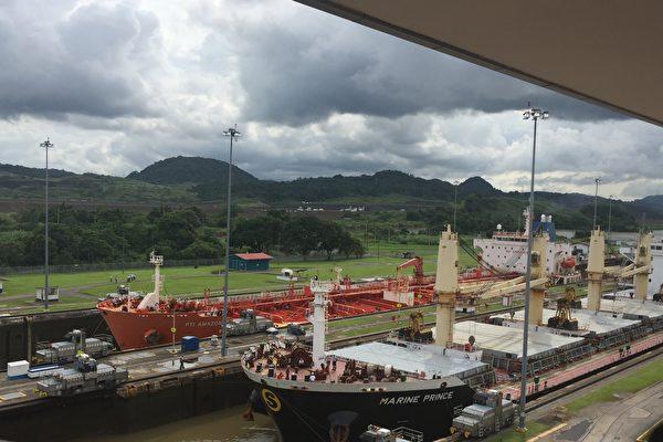 世界貿易戰火之中,靜觀巴拿馬運河,別有一番風味。圖為海洋公主號貨輪及PTI Amazon油輪從大西洋駛入巴拿馬運河。(Getty Images)