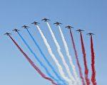美国总统川普表示,阅兵太贵,所以取消了原订1月的阅兵,改去法国观看。美国防长则厘清了媒体不实的报导,并介绍美军在阿富汗的情况。图为法国阅兵仪式上的战机秀。(ZAKARIA ABDELKAFI/AFP/Getty Images)
