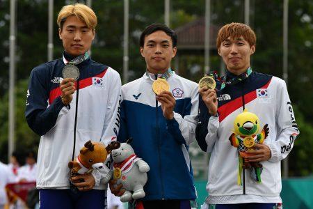 赵祖政(中)在滑轮溜冰20km公路赛夺金。
