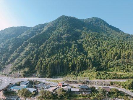 古汤温泉房内可一览山景。
