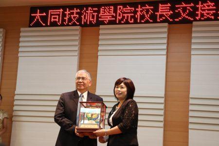 嘉義市副市長張惠博致送陳美菁校長(右)紀念品。
