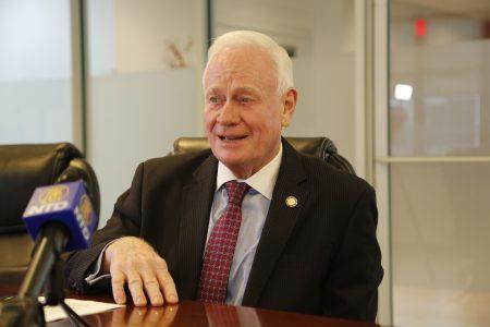 州参议员高顿在大纪元媒体集团总部办公室畅谈与华人社区的合作。