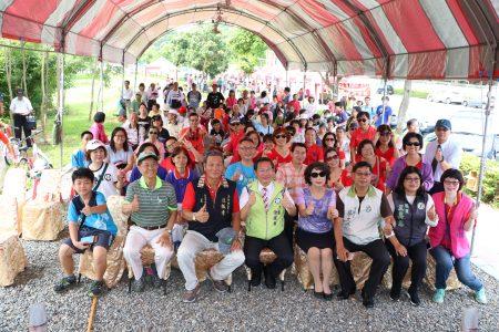 参与活动的民众与市长涂醒哲等人合照。