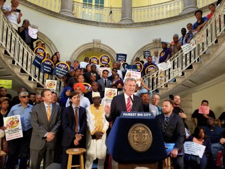市长白思豪在正式对停发一年网约车牌照法案签署成法前发言。