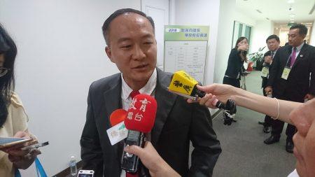 缅甸腊戌圣光中学副校长李明昌20日表示,缅甸诸多侨校坚持沿用台湾教材、以正体华文来教学。