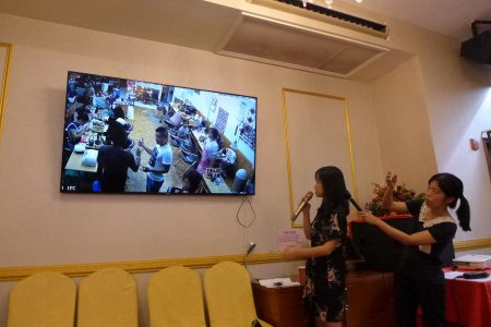 记者会现场播放店内监控录像。