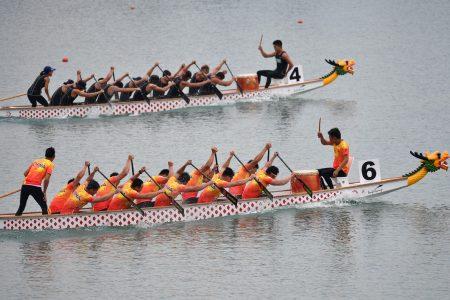 我国男子轻艇代表队(上)在500公尺力压中国队(下)夺金。