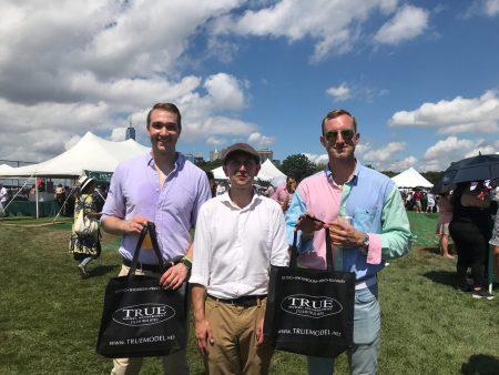 两位年轻男士Mason与John接过了员工送给他们装有英文大纪元报纸的拎袋后,愉快与员工留影。